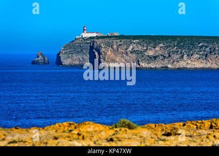 En el acantilado del Faro del Cabo de San Vicente, Cabo de São Vicente, Sagres, Algarve, Portugal