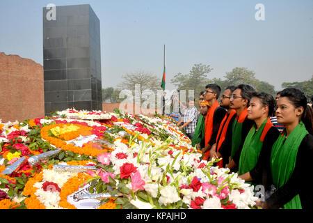 Dhaka, Bangladesh. 14 de diciembre, 2017. Pueblo de Bangladesh rendir homenaje con flores en la parte delantera del martirizado Memorial intelectual en Dhaka, Bangladesh, 14 de diciembre de 2017. Crédito: Naim-Ul-Karim/Xinhua/Alamy Live News