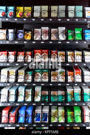 Una moderna máquina de tabaco con diversos brnads de cigarrillos en la pantalla para la venta