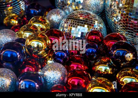 Fondo festivo de brillante colorido y bolas de Navidad bolas de discoteca