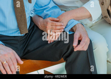 Captura recortada de la pareja de ancianos tomados de la mano mientras están sentados juntos