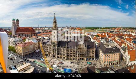 Hermosa super gran angular soleada vista aérea de Munich, el Bayern, Baviera, Alemania con el horizonte y el paisaje más allá de la ciudad, visto desde el mirador de la Iglesia de San Pedro