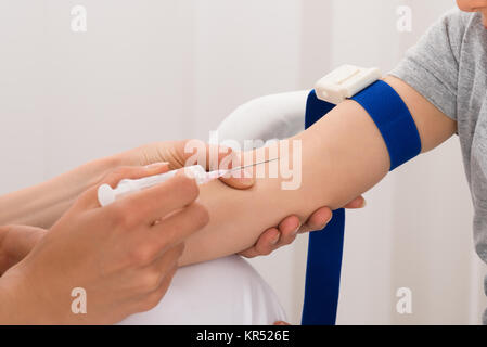 Doctor tomar muestra de sangre