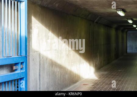 Pasadizo Barrera del Támesis en Londres, luz tenue y arrojados a un corredor de hormigón