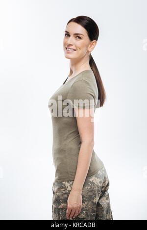 Increíble mujer soldado haciendo deber