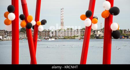 Globos de colores atados a puestos escultórica junto al Gran Canal Cuenca los Docklands de Dublín en el distrito Foto de stock
