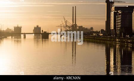 Amanecer en el río Liffey en Dublin's Docklands, con cruceros atracaron en el puerto de Dublín y el histórico característico Foto de stock