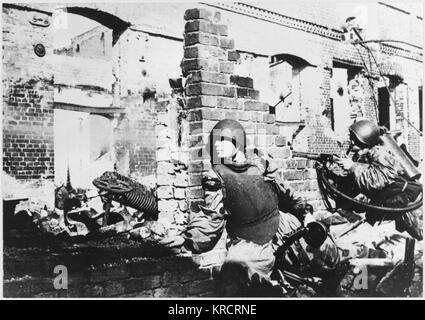 Casa en casa combates durante la encarnizada batalla entre las ruinas de la maltratada ciudad de Stalingrado (Volgogrado), URSS. Fecha: 1942-1943