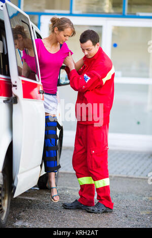 Paramédico de cuidados de un paciente femenino - pidiendo un hospital