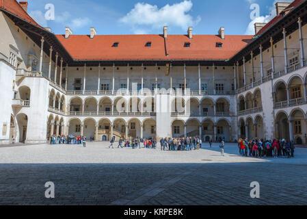 Castillo de Wawel, vista del patio renacentista con arcos en el centro del Castillo Real de Wawel en Cracovia, Polonia.