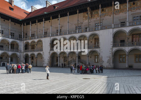 Patio del castillo de Wawel, con vistas al patio renacentista con arcos en el centro del Castillo Real de Wawel en Cracovia, Polonia.