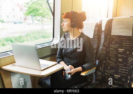 Mujer usando el portátil en el tren