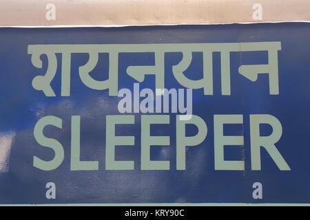 Ferrocarriles Indios Sleeper tren clase de signo en la estación de trenes de Nueva Delhi en Nueva Delhi, India Foto de stock