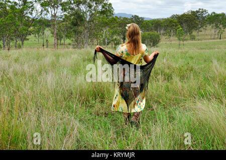 Mujer joven caminando en un campo