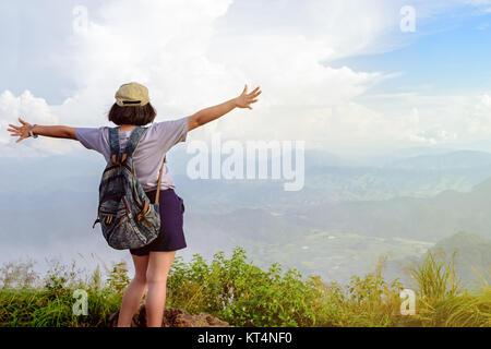 Jovencita turística en Phu Chi Fa mountain