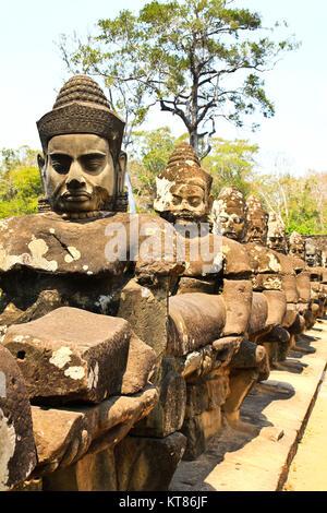 South Gate de Angkor Thom en Camboya está revestida con guerreros y demonios
