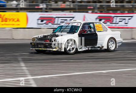 Lviv, Ucrania - Juny 6, 2015: El jinete desconocido sobre la marca de automóviles BMW supera la pista en el campeonato de Ucrania deriva en Lviv.