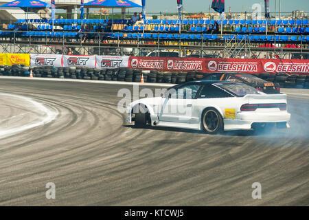 Lviv, Ucrania - Juny 6, 2015: jinetes desconocidos en la marca de automóviles Nissan supera la pista en el campeonato de Ucrania deriva en Lviv.