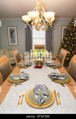 Comedor con mesa, decorado para las vacaciones de Navidad