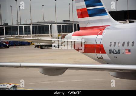 Escape caliente distorsiona el aire alrededor de la sección de la cola de un jet de American Airlines preparando para salir del aeropuerto internacional O'Hare de Chicago