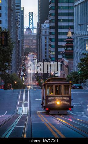 Vista clásica del histórico teleférico cabalgando en la famosa calle de California hermoso crepúsculo temprano en la mañana antes de la salida del sol en verano, San Francisco.