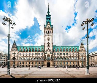 Hermosa vista del famoso ayuntamiento de Hamburgo con dramáticas nubes y el cielo azul en la plaza del mercado, cerca del lago Binnenalster en Altstadt trimestre, Hamburgo, Alemania