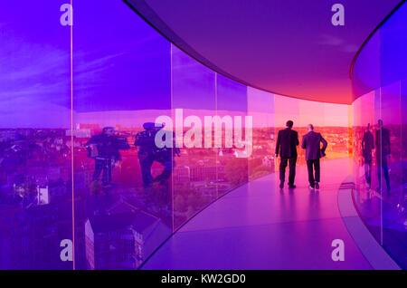 Los visitantes disfrutan de la Rainbow panorama de Aarhus en Aros Art Museum. El museo es el segundo más visitado en Dinamarca.