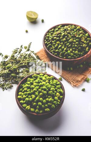 Verde fresco asado garbanzos o garbanzos o harbara en hindi también conocido como Cicer con una pizca de sal y chat masala y limón, tentempié popular desde la I