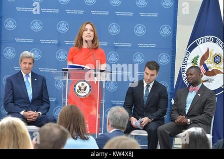 La Secretaria de Estado para la Oficina de Asuntos Educativos y Culturales Evan Ryan (en el podio) habla, junto con el Secretario de Estado de Estados Unidos, John Kerry (extremo izquierdo) en el Airbnb almuerzo para el Departamento de Estado de Estados Unidos el Programa de Becas Gilman, 12 de septiembre de 2016. Imagen cortesía del Departamento de Estado de EEUU.