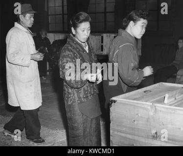 Las mujeres japonesas emitieron sus votos en un lugar de votación en Tokio, 10 de abril de 1946. Están votando por los miembros de la cámara baja de la Dieta japonesa. - (BSLOC 2014 15 133)