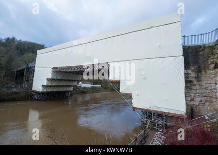 El puente de hierro en Ironbridge, Shropshire, Inglaterra, cubiertos con plástico durante las obras realizadas por el English Heritage.