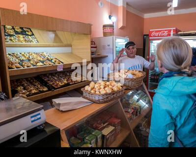 Viajeros en el Bakery & Cafe; El Chaltén; Chile