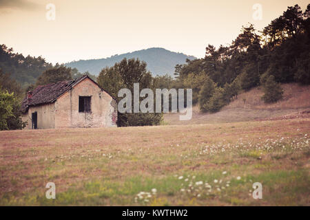 Casa abandonada cerca de la aldea de Sassello en Liguria, Italia Foto de stock