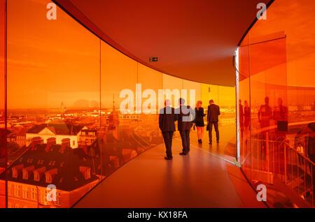 Los visitantes disfrutan de su Rainbow panorama de Aarhus en Aros Art Museum. El museo es el segundo más visitado en Dinamarca.