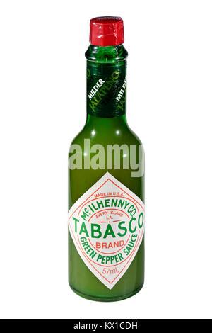 Una botella de salsa de pimientos verdes Tabasco aislado sobre un fondo blanco. Foto de stock