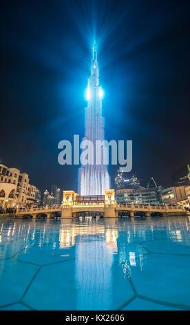 Luz y colorido espectáculo láser en el centro de Dubai. Dubai, Emiratos Árabes Unidos. Foto de stock