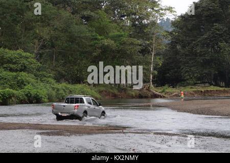Coche cruzar el río cerca de Bahía Drake, Península de Osa, Costa Rica