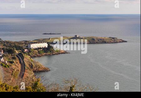 Vista desde la colina de la isla en Killiney Dalkey, Sorrento, terraza, y la línea DART a lo largo de la costa del sur del condado de Dublín en Irlanda Foto de stock