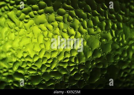 Textura de gotas de agua en la botella verde, Macro shot de fondo abstracto con el enfoque selectivo Foto de stock