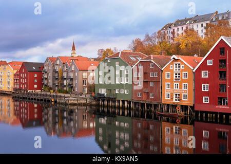 Ha sido restaurada y convertida en almacenes a lo largo del río Nidelva, Trondheim, Sor-Trondelag, Noruega