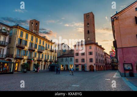 ALBA, Italia - 25 de mayo de 2015: Vista de la plaza central de la ciudad de adoquines entre viejas casas y torres antiguas en Alba - famoso por la fiesta de la trufa blanca