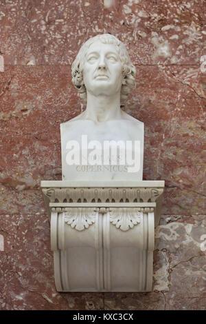 El matemático y astrónomo polaco Nicolaus Copernicus. Busto de mármol por el escultor alemán Johann Gottfried Schadow (1807) en la pantalla en el salón de la fama del Walhalla Memorial cerca de Regensburg, en Baviera, Alemania.