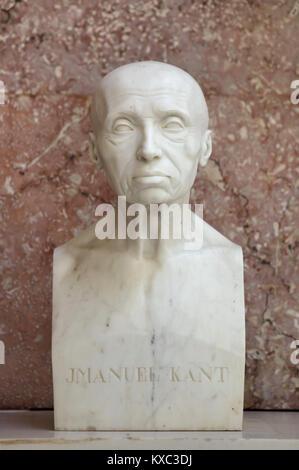 El filósofo alemán Immanuel Kant. Busto de mármol por el escultor alemán Johann Gottfried Schadow (1808) en la pantalla en el salón de la fama del Walhalla Memorial cerca de Regensburg, en Baviera, Alemania.