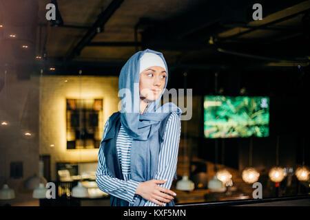 Retrato de una hermosa mujer musulmana de cafe Foto de stock