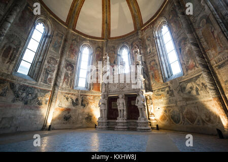 Nápoles. Italia. El siglo XV, la iglesia de San Giovanni a Carbonara. Caracciolo Sole Chapel (Capilla Caracciolo del Sole). Sepulcro de Sergianni