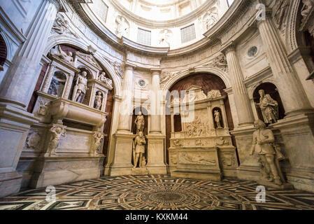 Nápoles. Italia. El siglo XV, la iglesia de San Giovanni a Carbonara. Caracciolo di Vico Chapel (Capilla Caracciolo di Vico). La capilla del siglo XV.