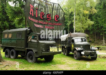 La histórica estrella polaca 660 y soviéticos ZIL 157 6x6 2017 en camiones del ejército exposición en proyecto museo en Wlodarz Riese, Baja Silesia, Polonia.