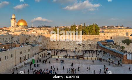 En la muralla occidental de la Ciudad Vieja de Jerusalén, Israel.
