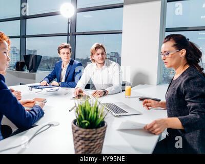 Manager lleva la reunión de intercambio de ideas en la oficina de diseño Foto de stock