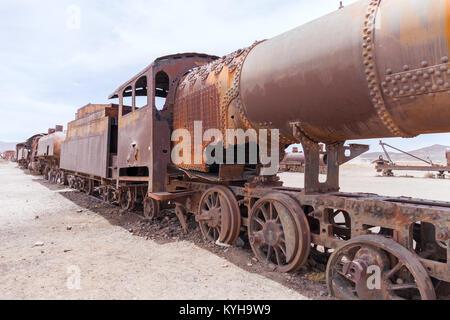 Cementerio de Trenes en el desierto de los Andes Foto de stock
